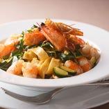 自家製タリアテッレ 天使海老と季節野菜とチェリートマト