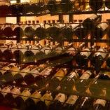 お席から眺められるワインセラーにはワインボトルがズラリと並んでいて圧巻!