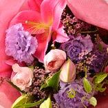 色とりどりの花を使った花束の手配も可能!