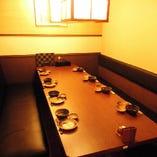 8名様掛けのテーブル個室席。隣と併せて最大16名様迄個室をご用意可能。