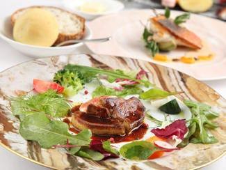 フォワグラのソテーのサラダ仕立て 看板メニューです。