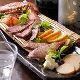 日本酒に合う燻製や刺身などを日替わりで豊富にご用意しています