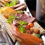 燻製には、豚肉や魚によく合うサクラチップを使用。