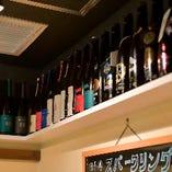 上を見上げると色とりどりのラベルの日本酒瓶たちが並んでいます。