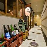 店舗横でもこだわりの日本酒達がお出迎えします。