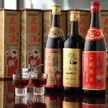 紹興酒は各種年代物を取りそろえております。