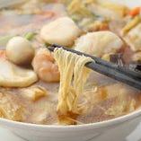 中華の定番の一つ・五目そば。お好みで麺を刀削麺に変更することも出来ます。