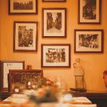 壁に飾られたポートレートや器など、内装にも本場の雰囲気。