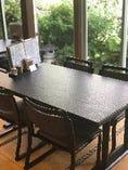 お庭を眺めながらの解放感のあるテーブル席でお食事頂けます。