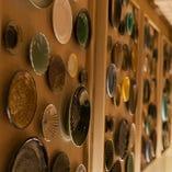 〈歴史感じる意匠〉 壁に飾ったお皿は歴代使用して来たもの