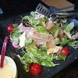 生ハムとスモークチーズのサラダ