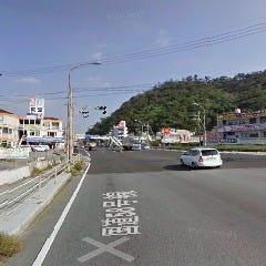 海岸線を抜けると市街地に。「世冨慶交差点」はまっすぐ通り過ぎます。 (この交差点を左折してビーチ沿いを道なりに進んでもOK)