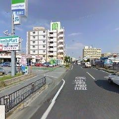 世冨慶交差点を過ぎて進んでいくと左手にファミリーマートとHONDAが見えてきます。ここを左折します。