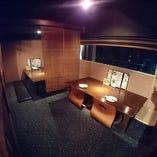 中二階のお座敷。細長い窓が特徴。カップル席と奥の4名席の2席をつけると、最大10名様まで利用可のグループ席になります。