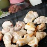 【こだわり】 アツアツの鉄板で焼いた至極の鶏料理。