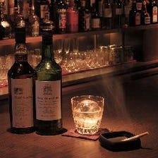 バックバーに広がる数多のお酒