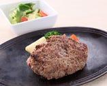 当店のハンバーグは九州産黒毛和牛のネック肉で作るためハンバーグよりステーキに近い食感でお肉を噛んでいるようです。