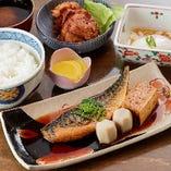焼魚や煮魚など、ほっこり楽しめる海鮮ランチ(790円~)が大人気!