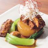豚角煮と相性のよい野菜といえば、何と言っても大根です。 煮汁を吸って大根自体が旨味を増すだけでなく、消化酵素で豚肉を柔らかくする働きもあります。