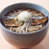 にしんそばは北海道、京都の名物として広く知られている料理です。 高田屋では初めてメニュー化されますが、にしんを日本全国に広めたのは北前船という説もあり、その意味では高田屋にとってもゆかりのある料理と言えます。