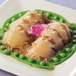 焼き霜造りにした真鯛は、刺身と比べて見た目が映えるだけでなく、味も一段と増します。