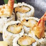 裏巻き(うらまき)とは、ご飯が海苔の外側にくる巻き方で、たくさんの具を入れられるのが特徴。 本メニューは、海老をたっぷりと使った裏巻き寿司です。