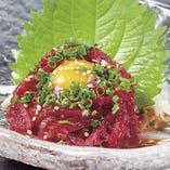 高田屋特製のタレを使った桜ユッケです。 馬肉は桜の花びらを連想させるピンク色をしており、また桜の咲く時期の肉が特に脂がのっていて美味しいことから、「桜肉」と呼ばれています。