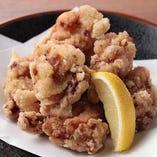 特製たれに漬け込んだ鶏もも肉を片栗粉で揚げて唐揚げにしました。