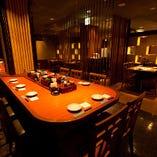 【6階】テーブルフロア  ビックテーブル越しには、気軽に使えるテーブル席を多数配置♪