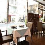 《開放感溢れる店内》テーブルの間隔は広めでゆったりとお食事をお楽しみいただけます
