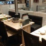 【テーブル席】白を基調とした爽やかな店内でご友人やご家族と焼肉を堪能(~4名様)