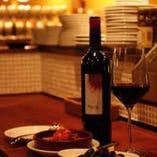 グラスワインは550円~ 35種以上のボトルワインは3900円~