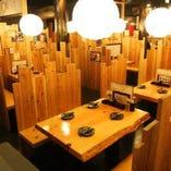 丸太や涼木材をふんだんに使った店内。非日常な空間で癒しを感じていただけます。