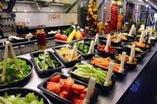 サラダバーには新鮮な野菜やフルーツが盛りだくさん!!