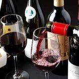 料理に合うワインや全国各地の地酒や焼酎など多彩なラインナップ