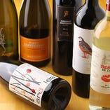 かわいいラベルも楽しいワインがずらりと並びます