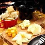 専用のグリルとチーズをお席までお持ちします。