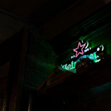 リカーイルミネーションが酒場の雰囲気を高めます。