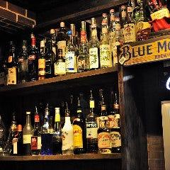 ボトルラックには様々なウイスキーやリキュールが並びます。