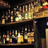 ボトルラックには様々なウィスキーやリキュールが並びます。