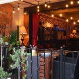 寛ぎのソファーは季節を感じるオープンカフェ空間にも。