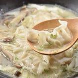 自家製お勧めの絶品炊き餃子。噛めば肉汁がじゅわっと広がります