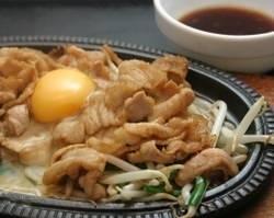 大人気!!鉄板豚ジュージュー焼き 半麺付きのセットで大満足です。