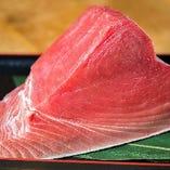 店主の目利きは毎日新鮮な魚で酒を進ませます。