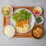 【日替わり定食】 (メイン・副菜・サラダ・小鉢・香の物・お味噌汁・ご飯)