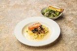 レアグリルサーモンとひら茸のクリームパスタ タプナードサラダ・バゲット付