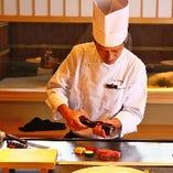 お客様の目の前で焼き上げる料理は卓越した技術の賜物です