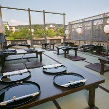 鴨川の流れと風を感じながら京料理を