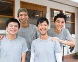 陽気でチームワーク抜群のスタッフが、店の雰囲気を盛り上げる。