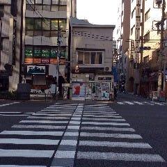 西口商店街を抜け、大きい通りの横断歩道を渡り、左折。